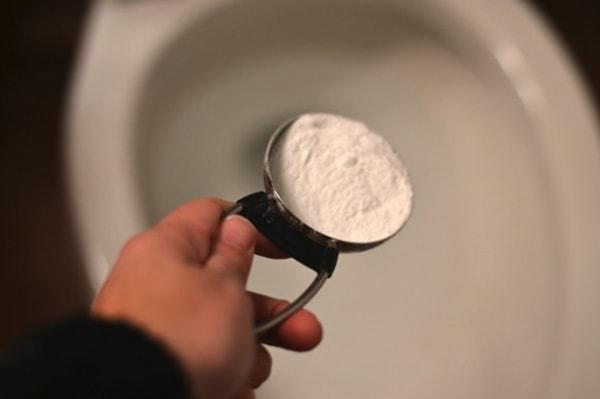 Bồn cầu sạch bong với 4 mẹo đơn giản không cần dùng tay