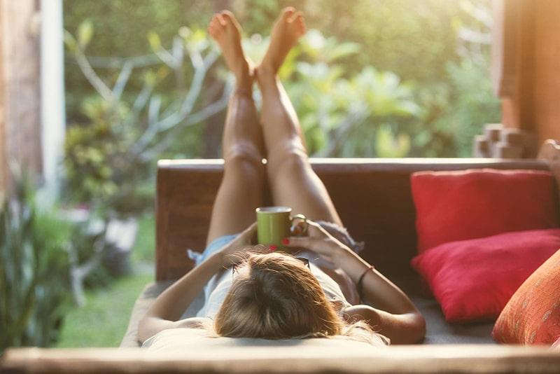 Nghỉ ngơi thư giãn khi bạn cảm thấy chán nản với mọi thứ