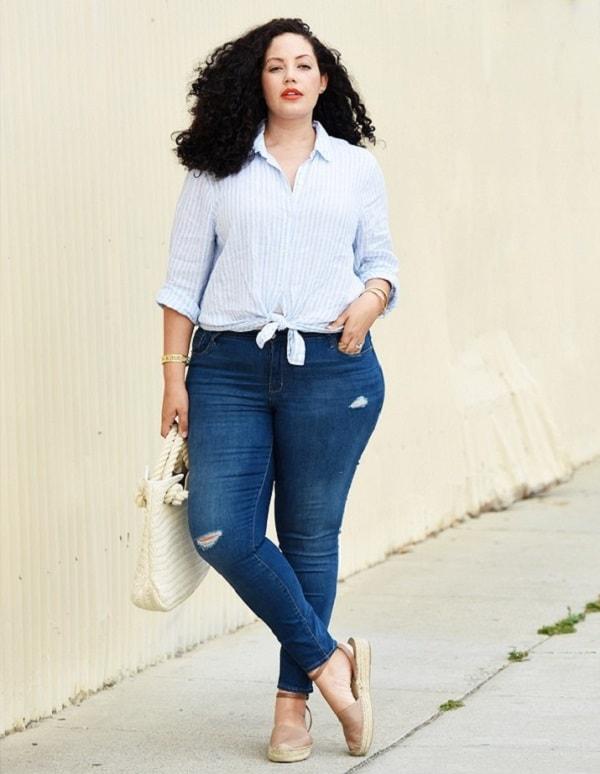 Quần jeans lưng cao và áo kẻ sọc dọc
