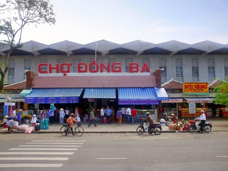 Bên ngoài chợ Đông Ba